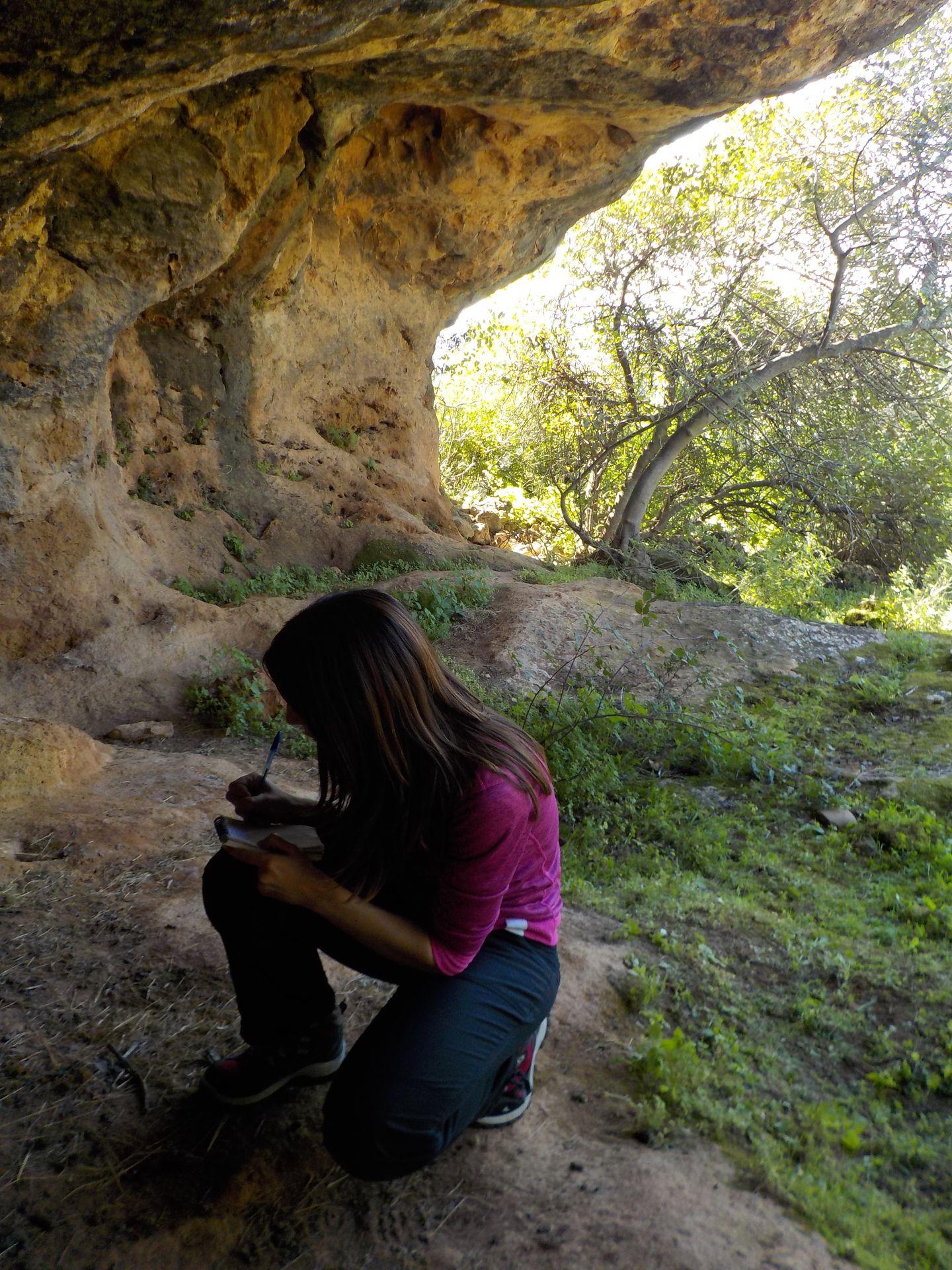 Realizando anotaciones en la Cueva de Las Mujeres