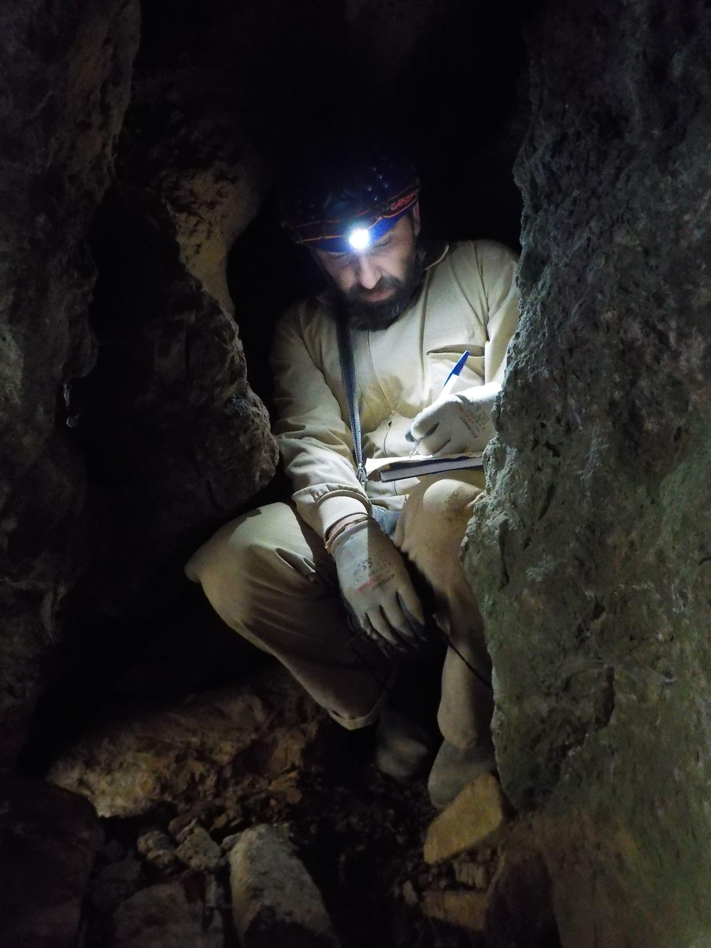 Espeleólogo en proceso de toma de datos para la topografía