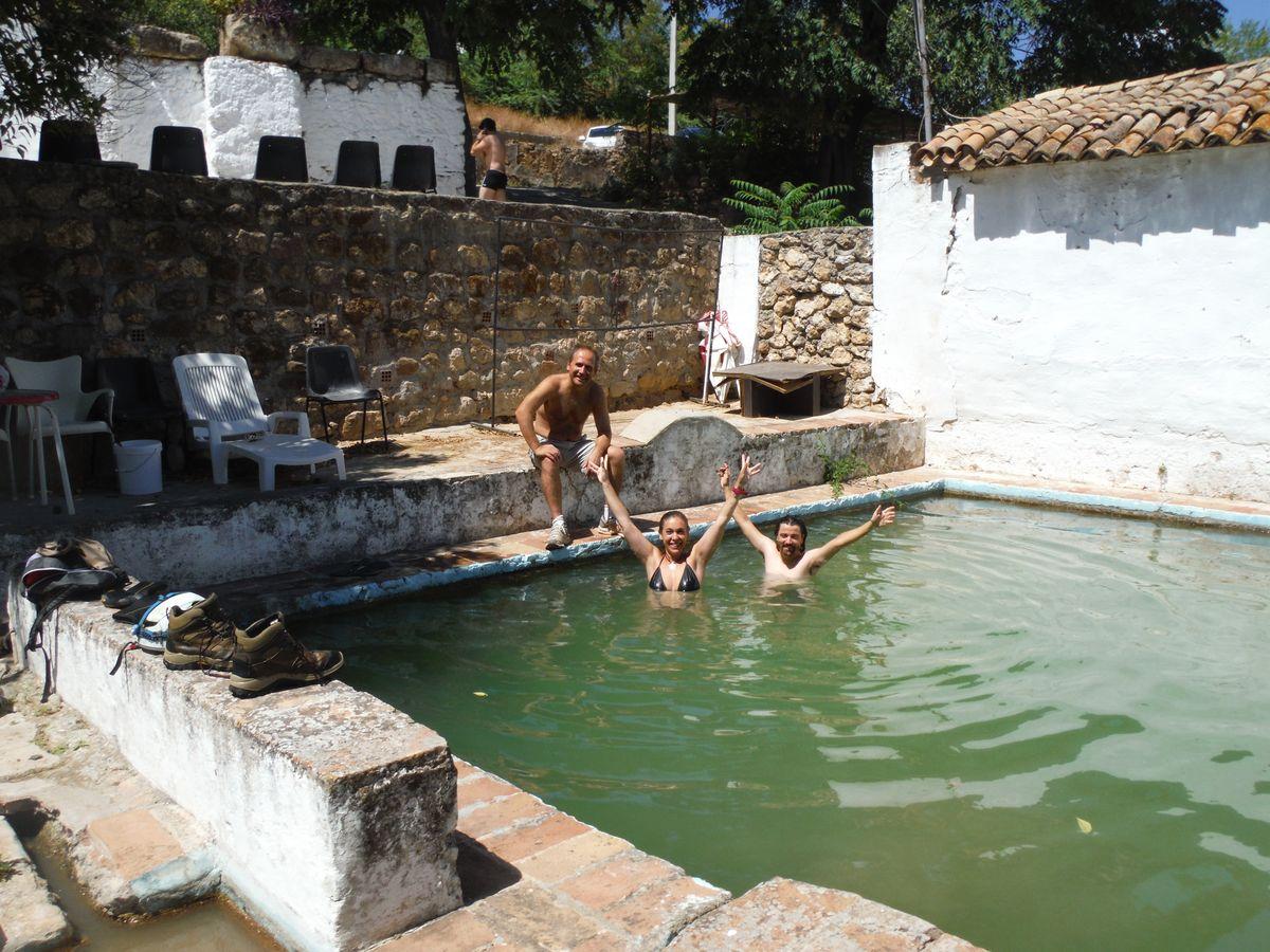 Baño merecido tras la finalización de los trabajos espeleológicos