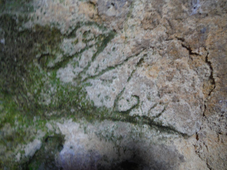 Inscripción encobtrada en las paredes de una cavidad