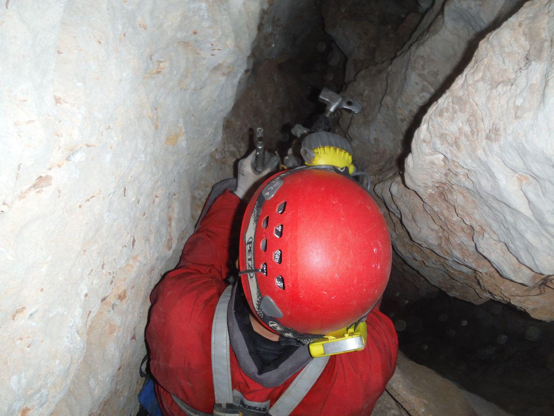 Espeleólogo instalando la cabecera del pozo de Sima Zahira