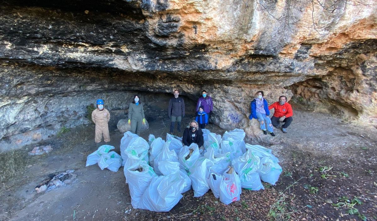 GEKO y Naturalizarte limpian de basura una cueva y su entorno próximo en el Arroyo Pedroche y La Palomera