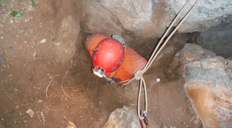 El G40 localiza la Cueva-Sima del Gulmont, medio siglo perdida en las calizas de la Sierra del Castillo (Espiel)