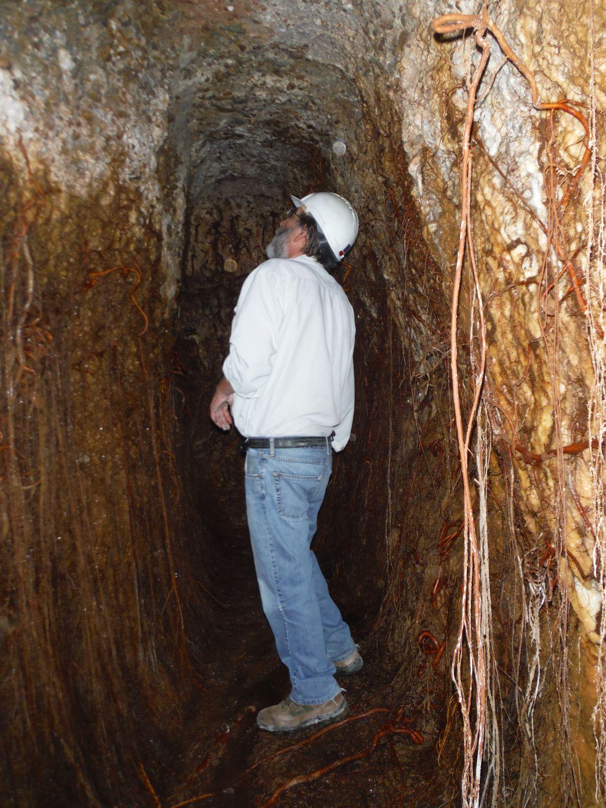 Arqueólogo en el interior de la mina de agua del Pilar de Las Herrerías