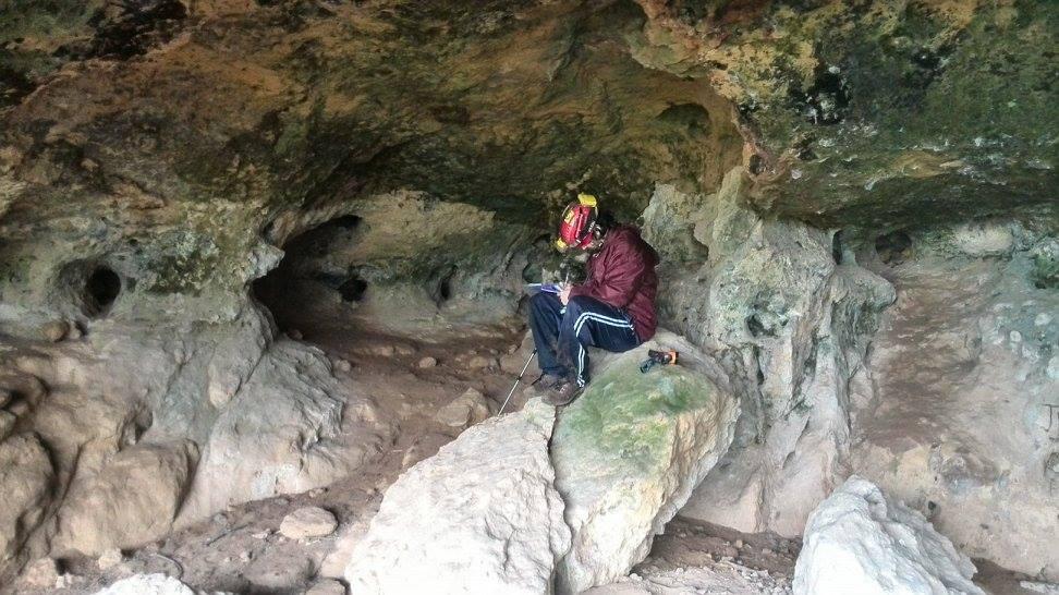 Realizando anotaciones en una de las cuevas