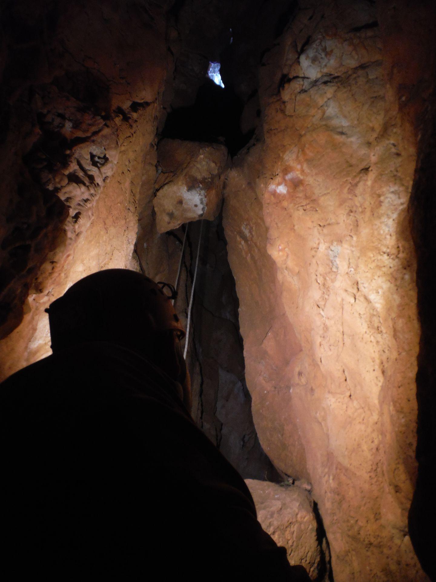 Vista de la boca de entrada a la Sima del Gulmont desde el fondo de la diaclasa