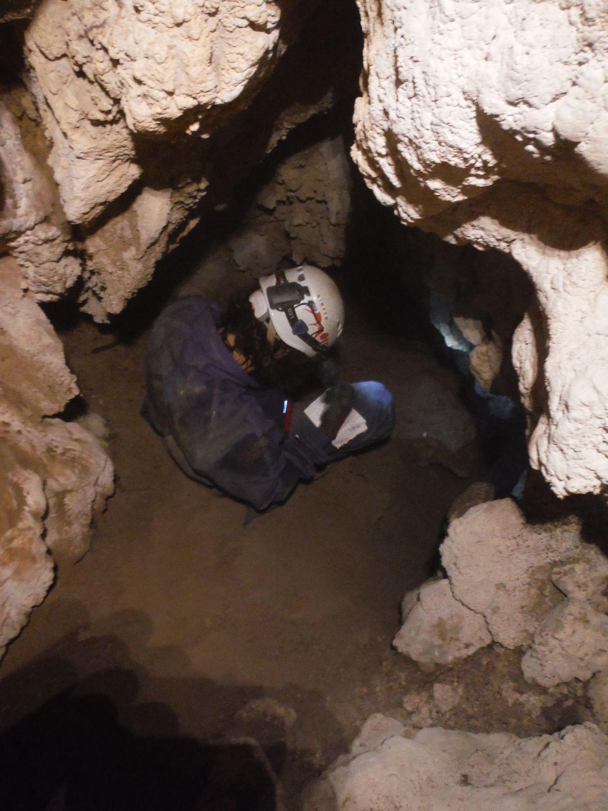 Abén manejando el DISTOX2 en la Cueva del Ahorcado