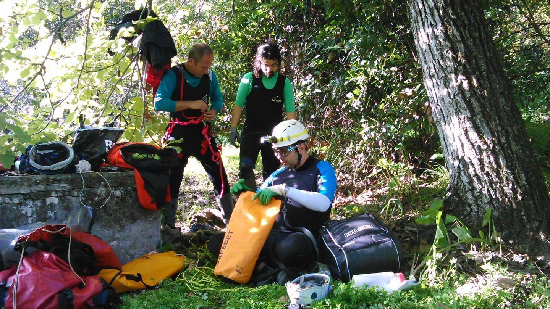 Miembros del G40 preparándose antes de entrar a la Mina de agua de Tentecarretas